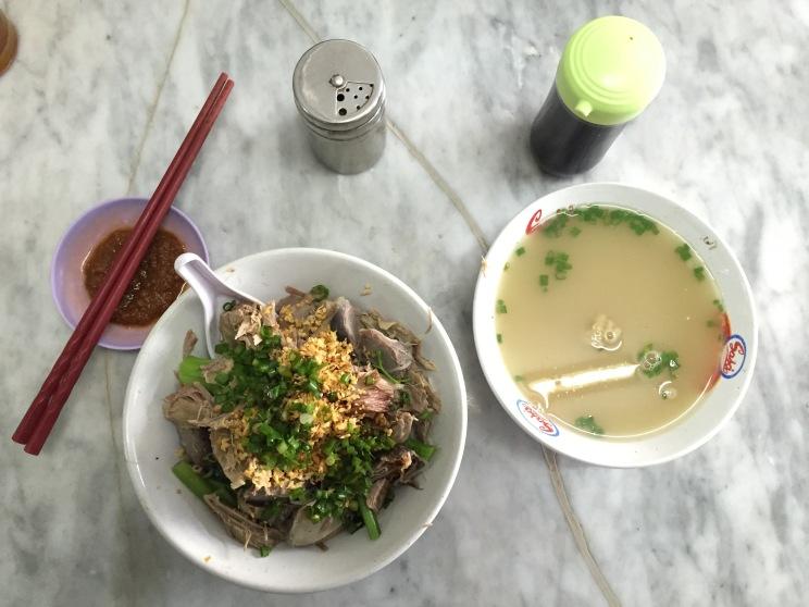 1 porsi Bihun bebek lengkap dengan kuah kaldu