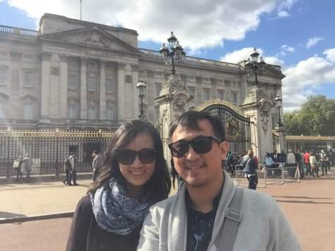 Pose di depan Buckingham Palace